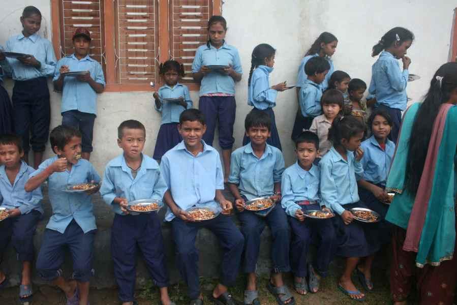 børn fra Shree Laxmi spiser frokost