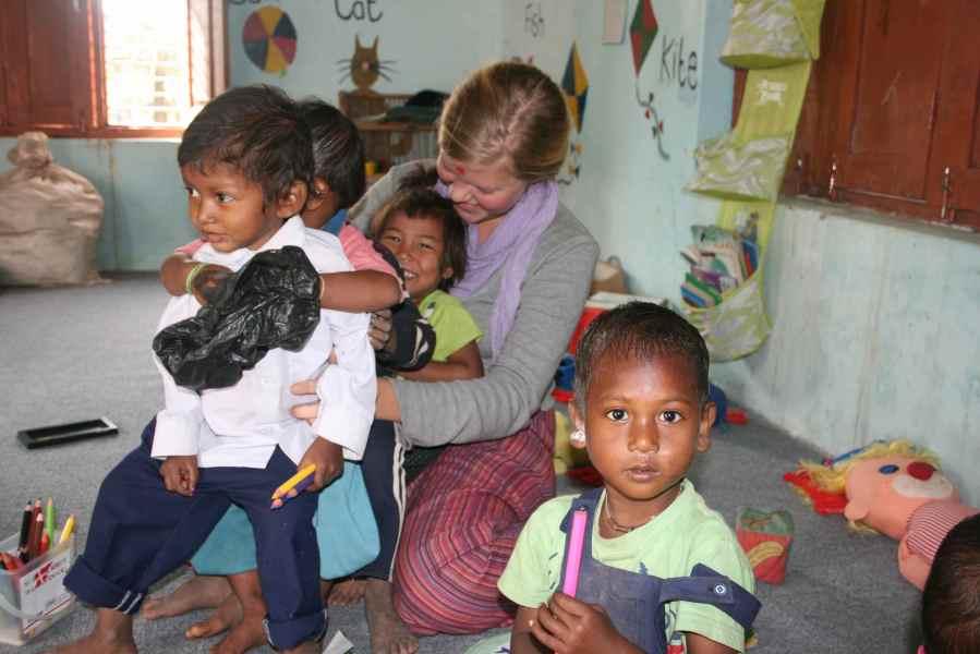 børnehavebørnene leger futtog med Anja