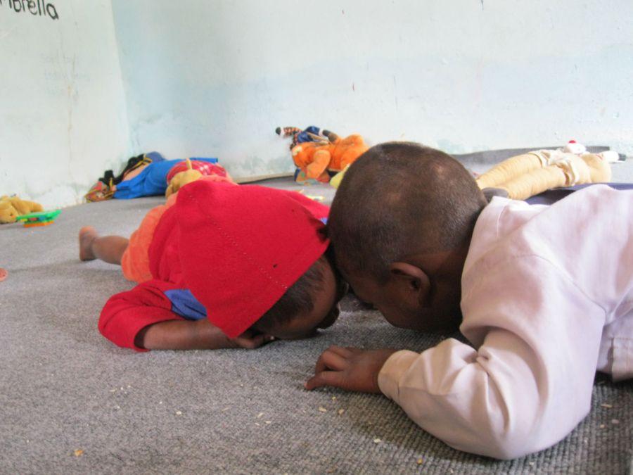 børn der slikker gulvet i klassen