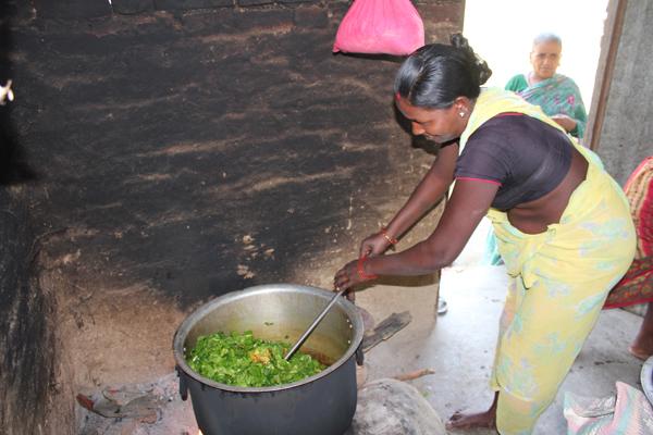 Hver dag bliver der på skolen lavet med til mellem 180 - 250 børn. Som en forsøgsordning laver mødrene fra Soiya mad på skift en gang om ugen.