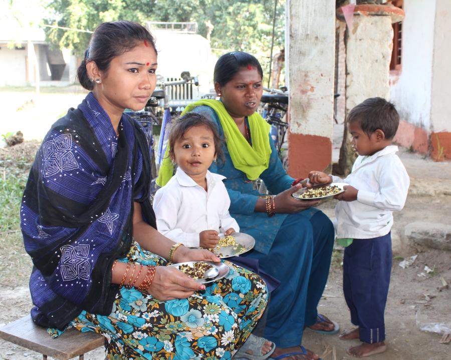 Gennem haveprojektet vil vi forsøge at knytte mødrene fra Soiya tættere til skolen. Der er ingen tradition for uddannelse i landsbyen, og selvom fremmødet er væsentligt forbedret ,efter at børnene for tre år siden begyndte at få skolemad, så klager lærerene stadig over, at børnene fra landsbyen Soiya kommer for lidt i skole.