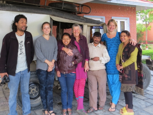 Holdet, der hver dag drog fra hotellet til landsbyen i Nepals mest larmende og skramlende jeep. Bilen kørte kun til høj musik. I midten Lis Rasmussen og tolken Sukumaya. Til højre: Jeepens stolte ejer mr. Krishna Paudel,  Anne Mette Nordfalk og projektleder Menuka Neupane. Til højre praktikant Gitte Thorup og journalist på radio Kantipur Prajwal Khadka.