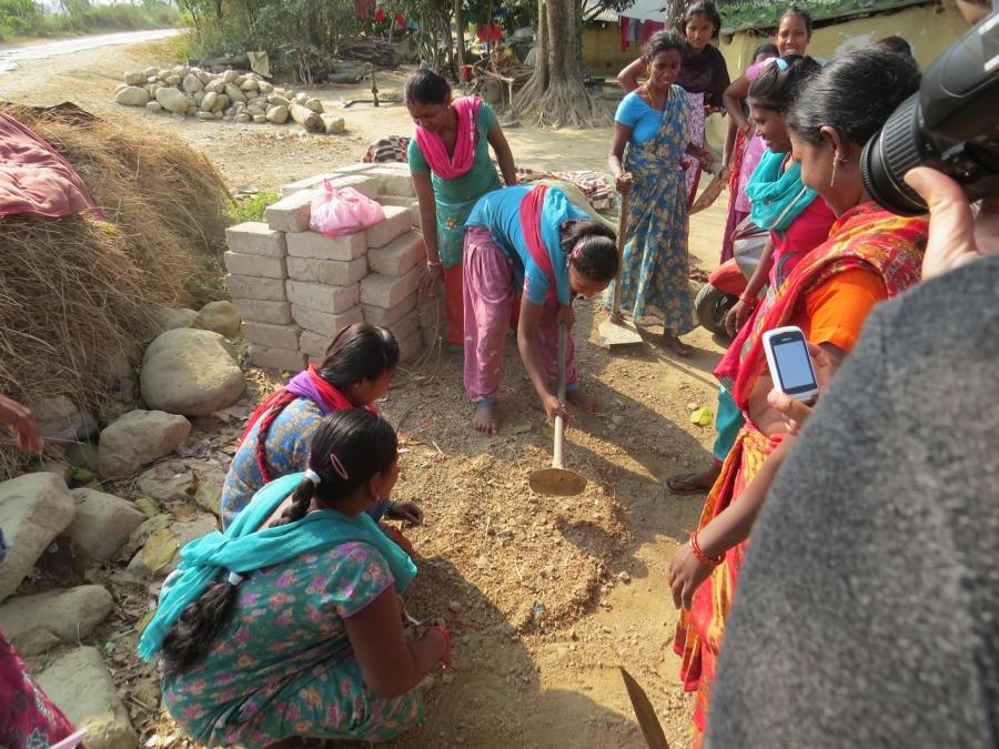 Det tredje skuespil handlede om, hvordan de, som har været i Kathmandu lærer fra sig til deres medsøstre. Det, synes alle, var rigtig fint. Vi fik genne teaterstykket en god snak om, at det ikke er altid at undervisere er enige i, hvordan noget skal gøres. Fx. har Lis sagt, at der skal plantes i lige rækker. Mens underviseren mr. Dhungana har sagt, at man kan samplante..