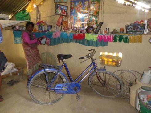 Den her cykel fik Sabitris søn Budiram, så han lettere kunne komme til tuition og hans mor dermed kunne få ham til at færdiggøre sin 10.klasse.