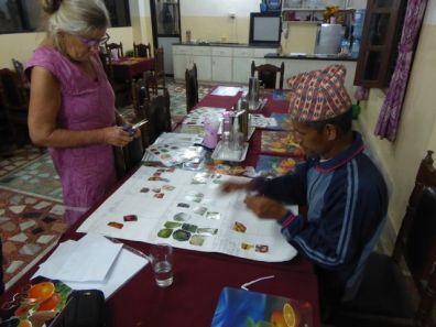 Lis Rasmussen og Durga Rokha forbereder noget af det teoretiske materiale til kurset for de nye kvinder.