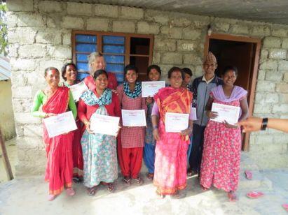 Soiya-kvinderne og Lis med deres diplomer efter end økologisk jordbrugstræning. Alle bestod heldigvis.