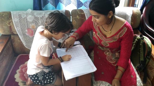 Shreestee hjælper Kristina med lektierne.