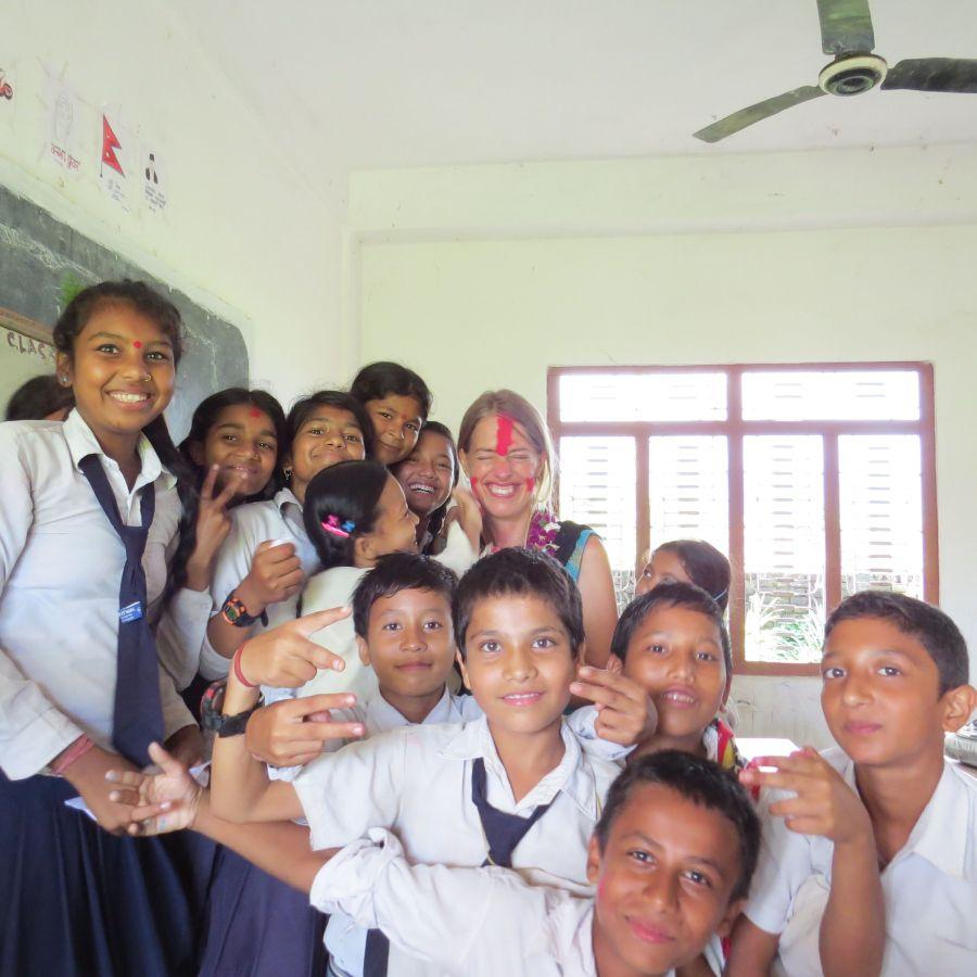 6.klasses piger. Der er to sjette klasser på skolen. Den ene bliver undervist på engelsk og den anden på nepali. I nepali-klassen går flest Dalit-børn, som Jamuna og Anjali Musahar.
