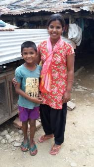 Rajkumari Musahar med sin søn Rahul foran deres hønsehus